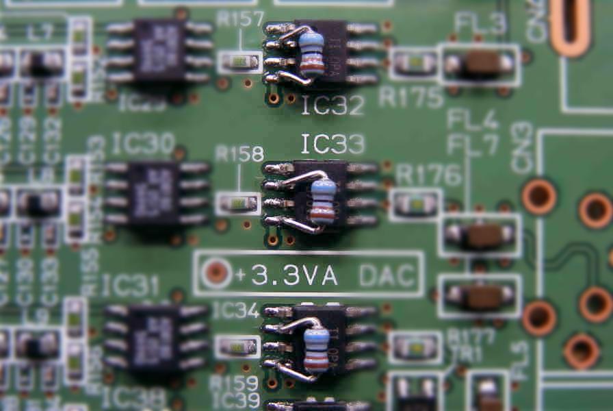 「SOPの2番ピン」と「SOPの4番ピン」間を「挿入実装タイプの抵抗」にて改造